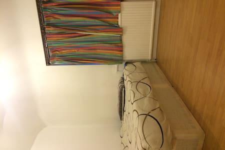 Spacious Double room near Heathrow - Hounslow - Apartment