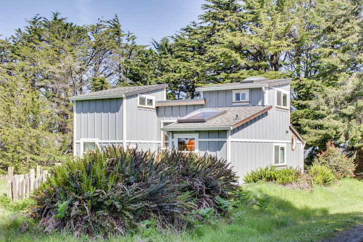 Unwind at this secluded & rustic ocean cottage, close to beach w/ocean views!
