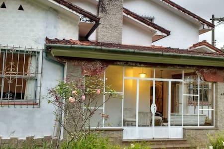 Casa Inteira em Petrópolis (Vila-Militar)