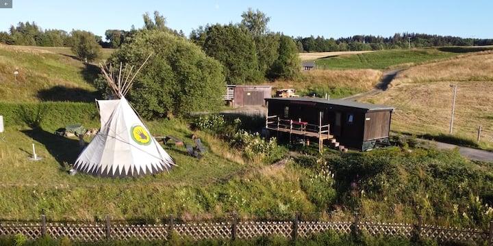 Tiny House mit Indianerzelt und Lagerfeuer im Harz
