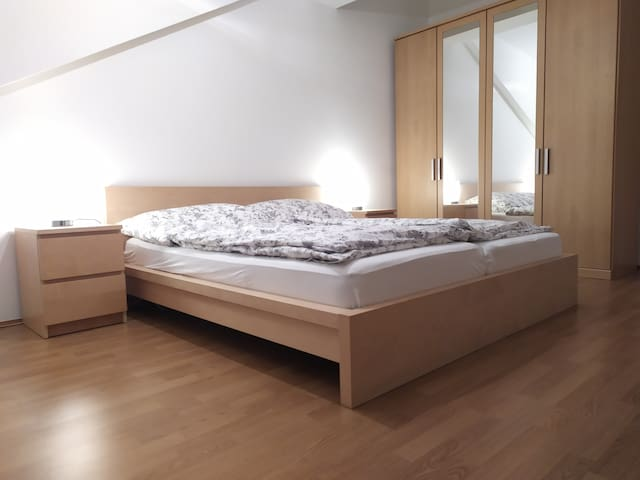 ⍟King bed room⍟ central, quiet, next to metro