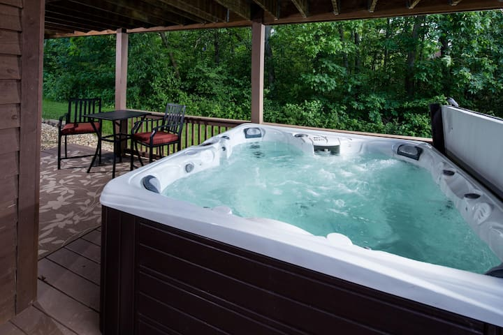 *LESS THAN 1 MILE TO GOLF*  Outdoor 7 Person Hot Tub, Fireplace  & Foosball
