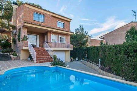 Casa con jardín y piscina - La Canyada