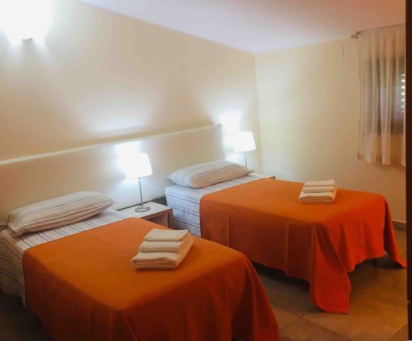 Questa camera  i letti si possono disporre singoli o matrimoniale. Gentilmente avvisare alla prenotazione.