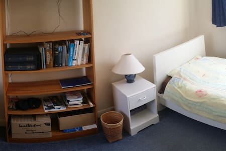 Large room in a quiet close Leckhampton Cheltenham - Cheltenham - Casa