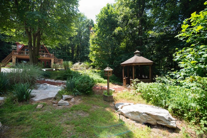 Tall Cedar Chalet is a rustic, private 1 acre home