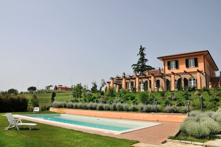 Grande appartamento in una villa con piscina - Bivio Pozzo - Apartamento