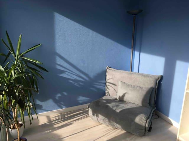 Separates helles gemütliches Zimmer mit Schrank
