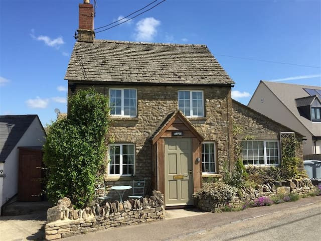 APPIN COTTAGE, pet friendly in Chipping Norton, Ref 988711