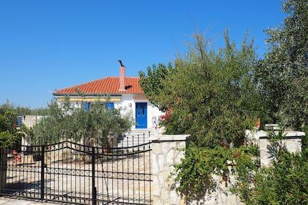 Ruhiges Anwesen in Mitten eines Oliven-Hains - Stroggilovouniou - Talo