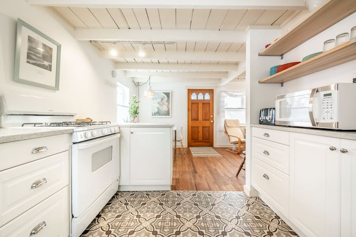 Newly Renovated Cottage Close to Downtown!
