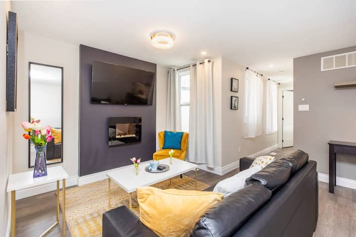 PRIME Location - Luxury 2BR with King Bed - Steps from Byward Market!