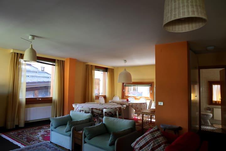 Bormio centro ampio soggiorno e camere in mansarda