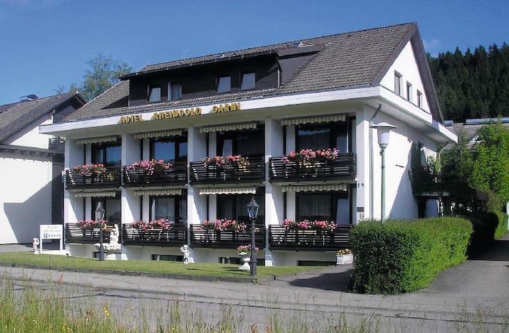 Hotel Rheingold Garni, (Titisee-Neustadt), Komfortzimmer mit Dusche, WC und Balkon