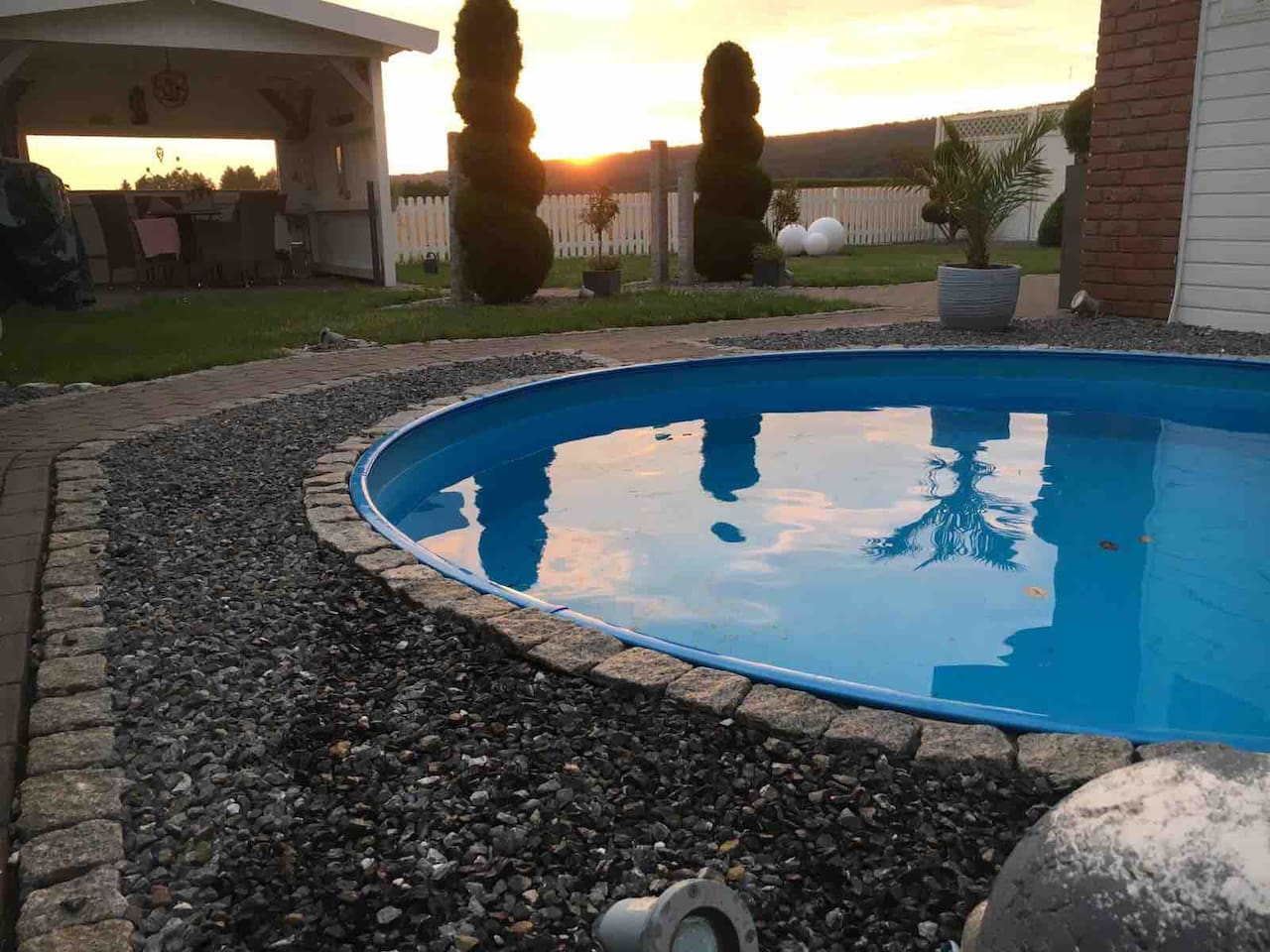Sonnenuntergang am Pool.