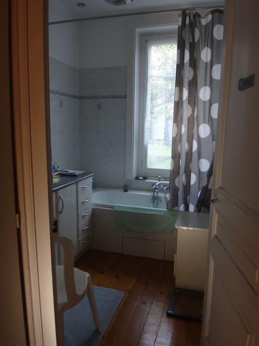 Salle de bain et toilettes indépendantes à côté de la chambre