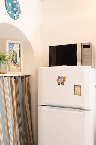 Frigorifero-congelatore e forno a microonde