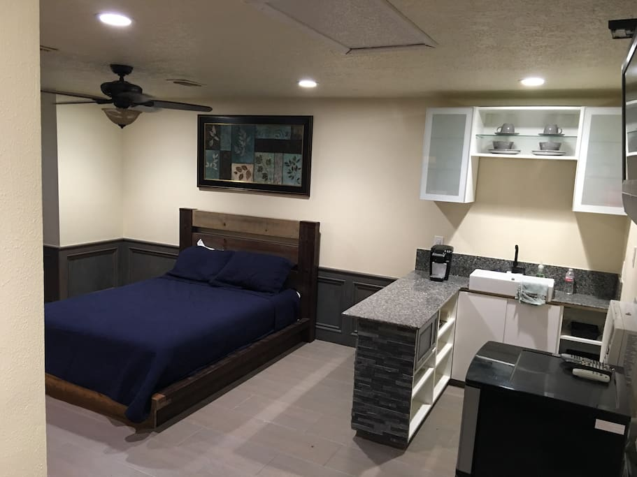 Queen platform bed w new mattress. Bar and mini kitchen.
