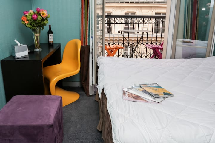 Economy Double room in the heart of 9th district of Paris