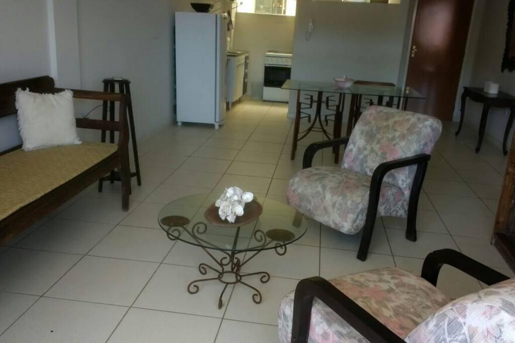 sala de estar com cozinha ao fundo