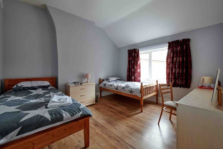 Golfers in Mold, Wales (Sleeps 5)- 3 Bed House