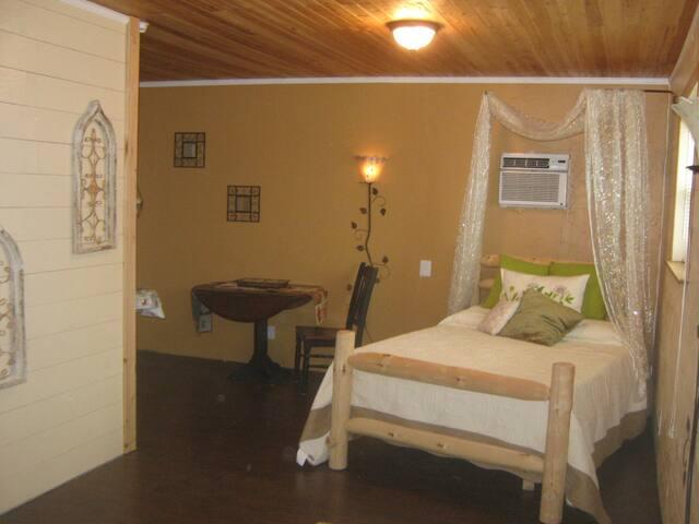 The Cabin Room: Private Suite w Kitchenette