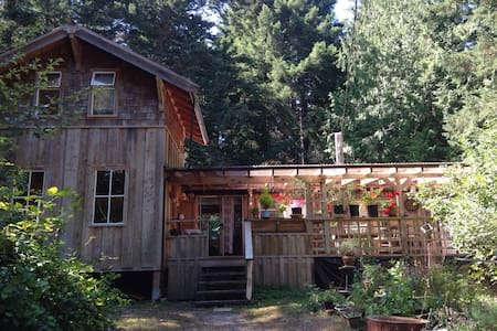Sweet Gulf Island Cabin by Ocean - Galiano Island - Blockhütte