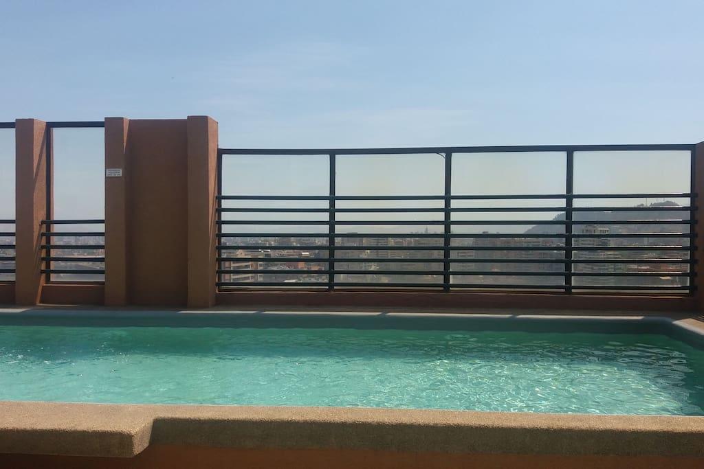 Piscina del edificio junto a una hermosa vista de Santiago, especialmente para los días de Verano y Sol .
