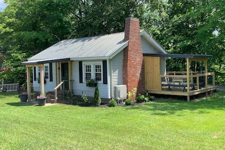 Cozy Cottage with Private Oak Orchard River Access
