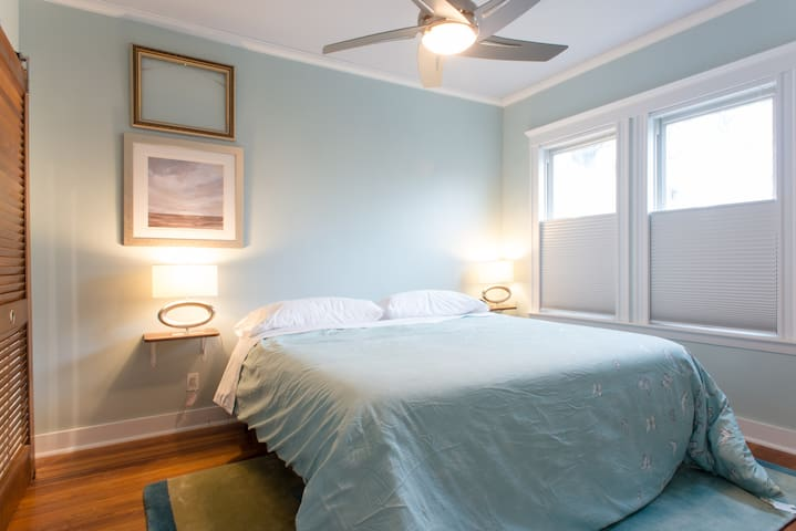 Tufts, Davis Sq Sunny 2 bdrms, King bed, Granite!