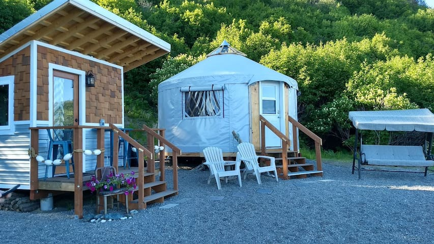 Experience Alpenglow Yurt with astounding views!