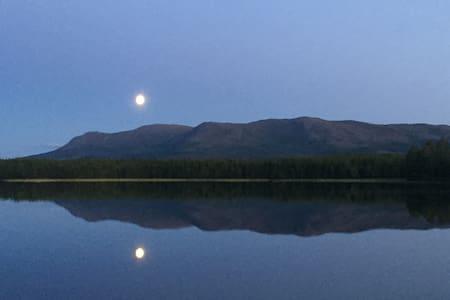 Genuint fritidshus vid sjö med fjällutsikt
