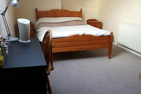 Large bright double bedroom - Leeds