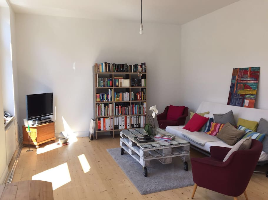 Das gemütliche und geräumige Wohnzimmer. Hier steht auch die Gäste-Couch.