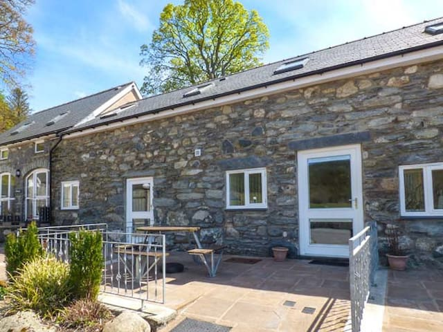 TRYWERYN, pet friendly, character holiday cottage in Bala, Ref 936746