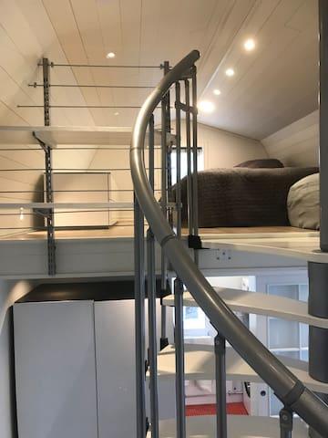 Loftet med säng och förvaringsbänk till vänster