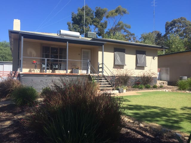Comfortable home, central location - Clare