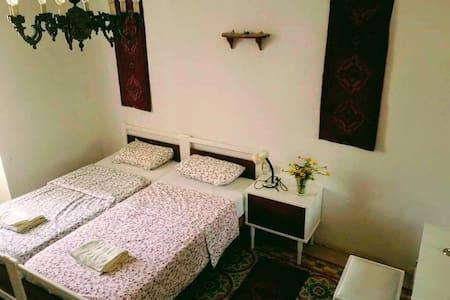 Spacious Room in Authentic Maltese House, Victoria