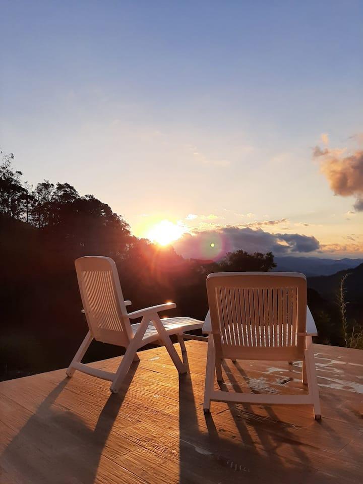 Fogão a lenha, lareira e deck c/ vista pôr do sol
