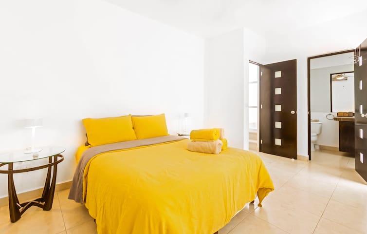 Front master bedroom queen bed