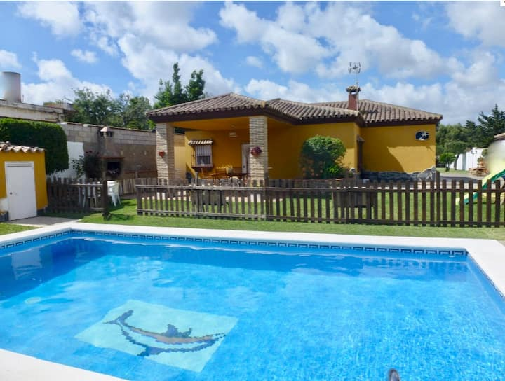 Beautiful Villa in Quiet Area with Pool, Terrace, Garden & Wi-Fi, Parking Available