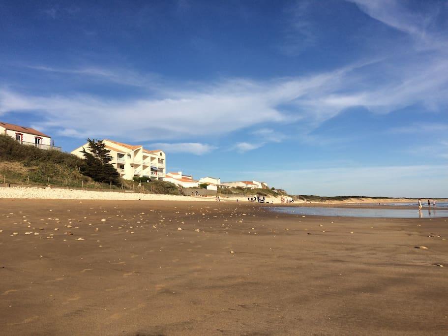 Petit immeuble sur la plage du Rocher