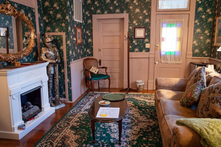 Lord Alfred Tennyson's Suite - Cliff Cottage Inn