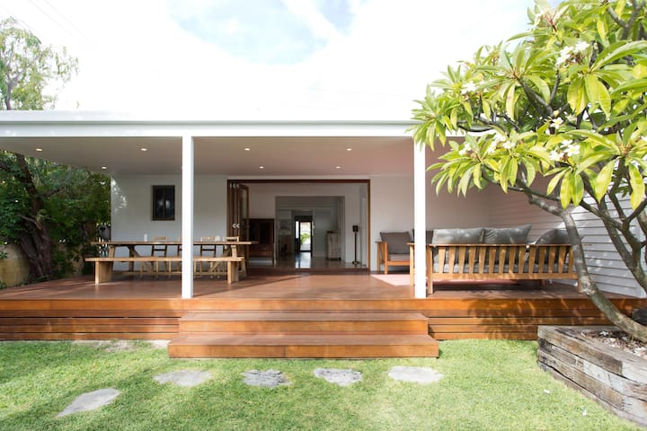 Family beach house on cafe strip - South Fremantle - Hus