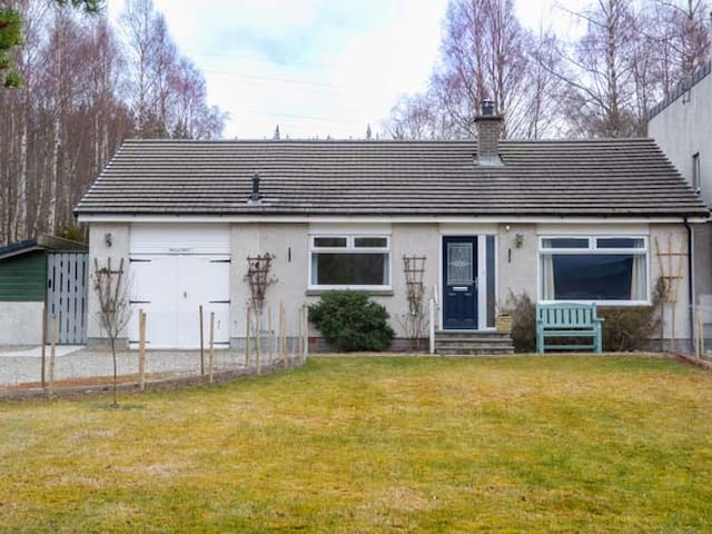 HILLFOOT, country holiday cottage, with a garden in Insh, Ref 938515