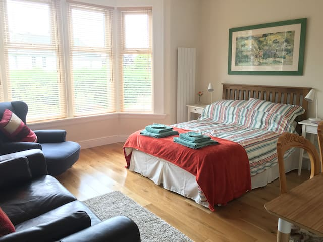 Spacious Double Room with TV & Private Bathroom