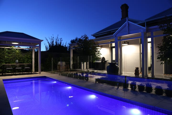 NEW Luxury Urban Apartment - The Pool Villa