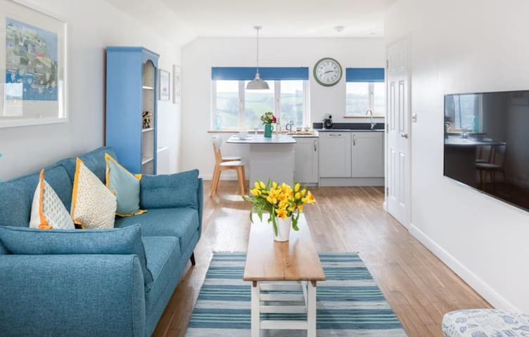 Blue Pebble- Chic comfortable retreat for two