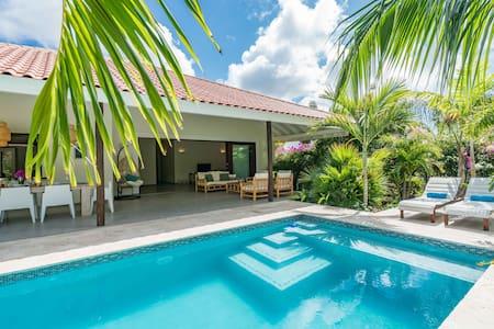 Luxe villa met tropische tuin en privé zwembad