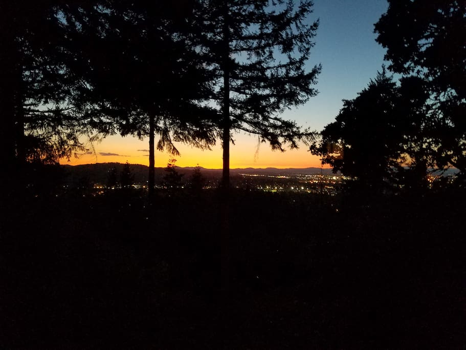 Peaceful and quiet location overlooking Eugene, yet minutes from University and downtown